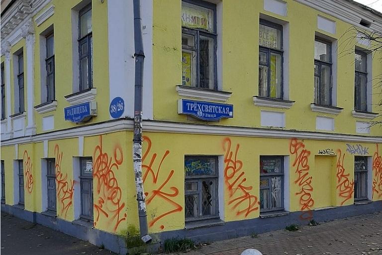 В центре Твери от хулиганов пострадал только что выкрашенный фасад