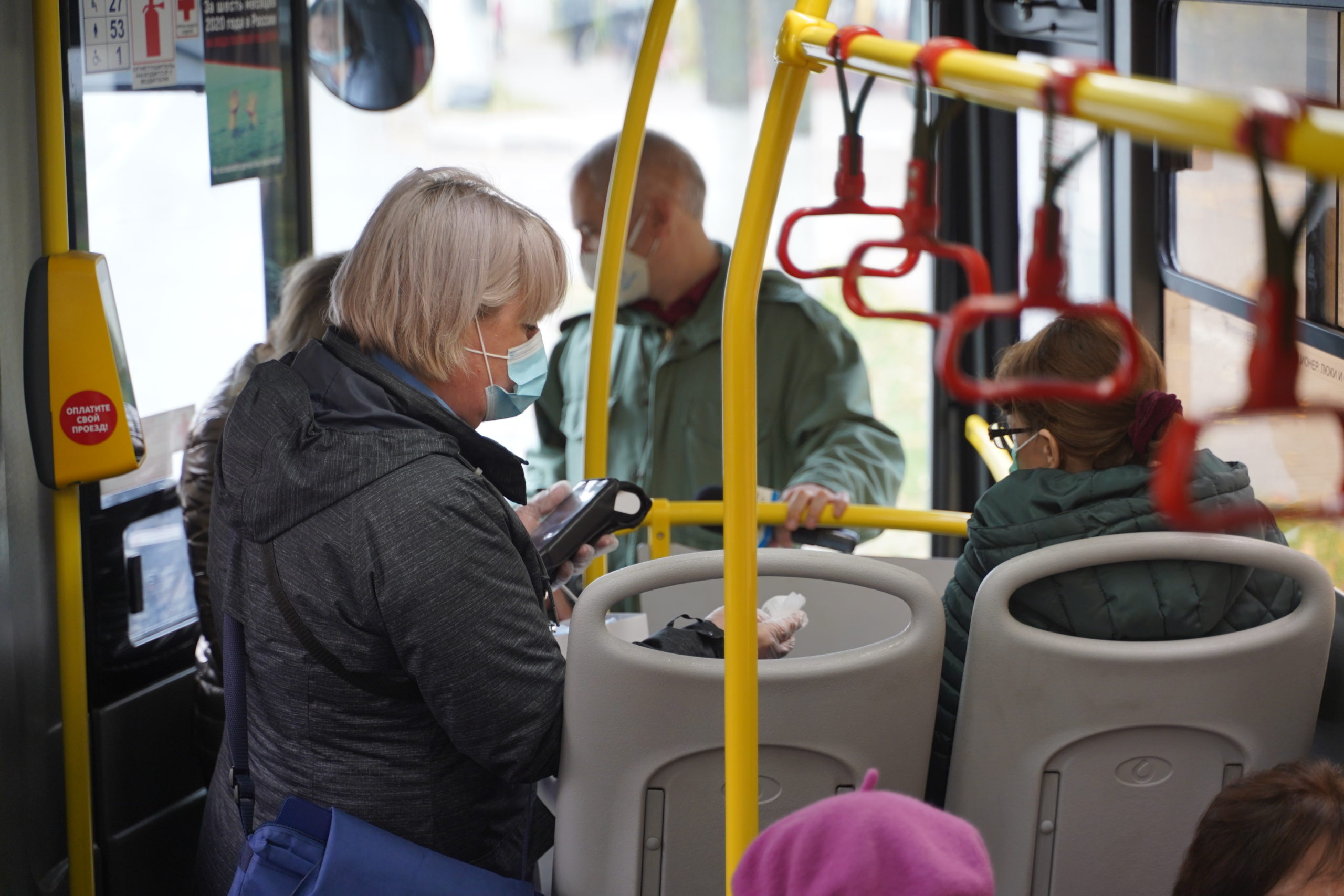В Твери бесплатно раздают маски пассажирам общественного транспорта