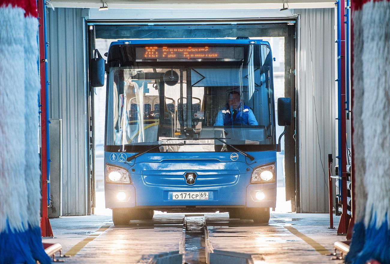 Школьникам Калининского района рассказали о профессии водителя и показали, как устроены новые автобусы