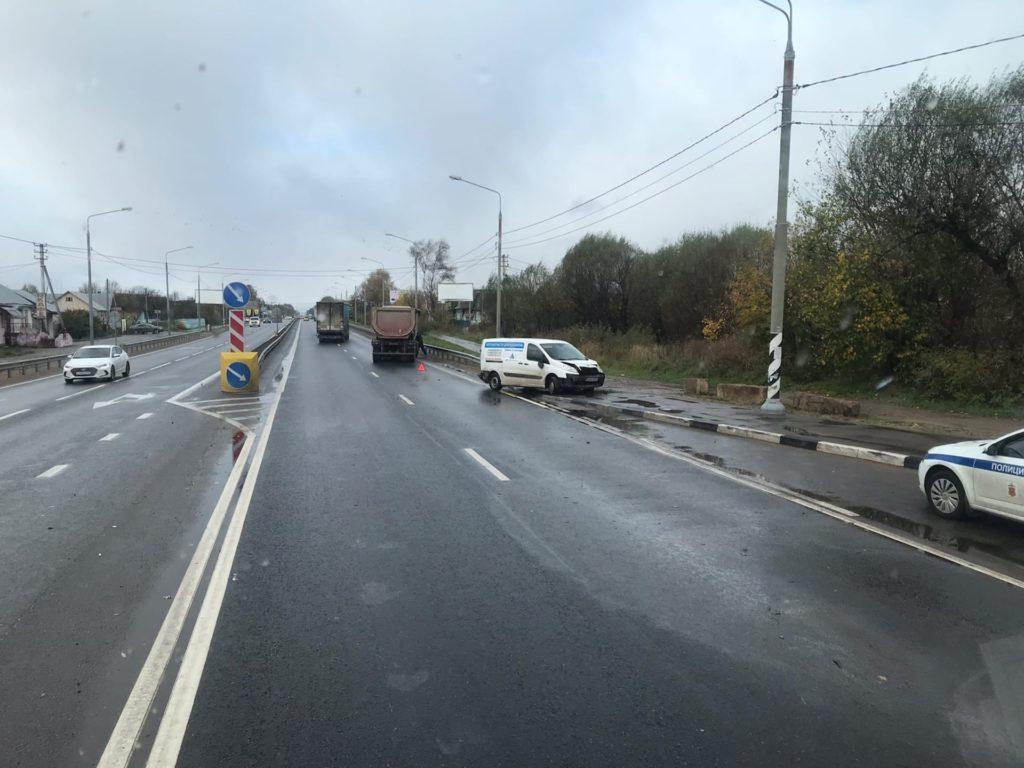 Велосипедист не увернулся от фургона, а тот - от грузоперевозчика на трассе под Тверью