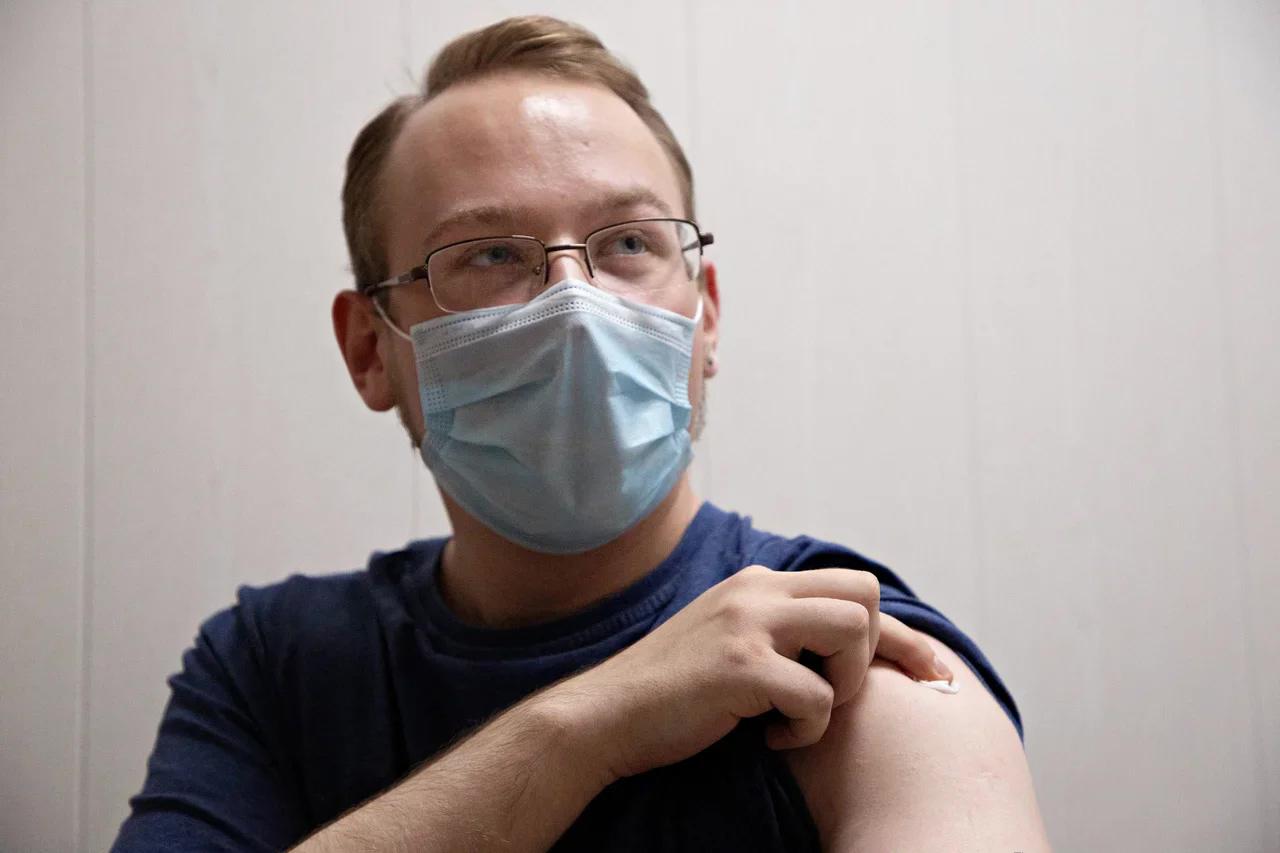 Первый пошёл: в Тверской области добровольцы привились от коронавируса и прислушиваются к ощущениям