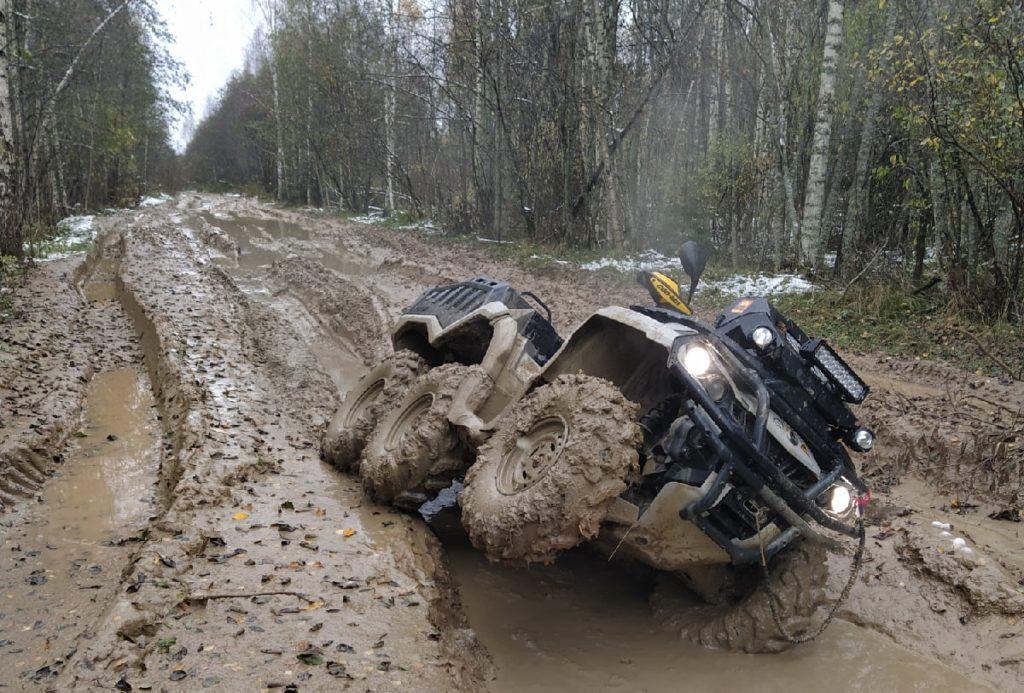 Джипер из Тверской области прорвался через непролазную грязь к воинским захоронениям