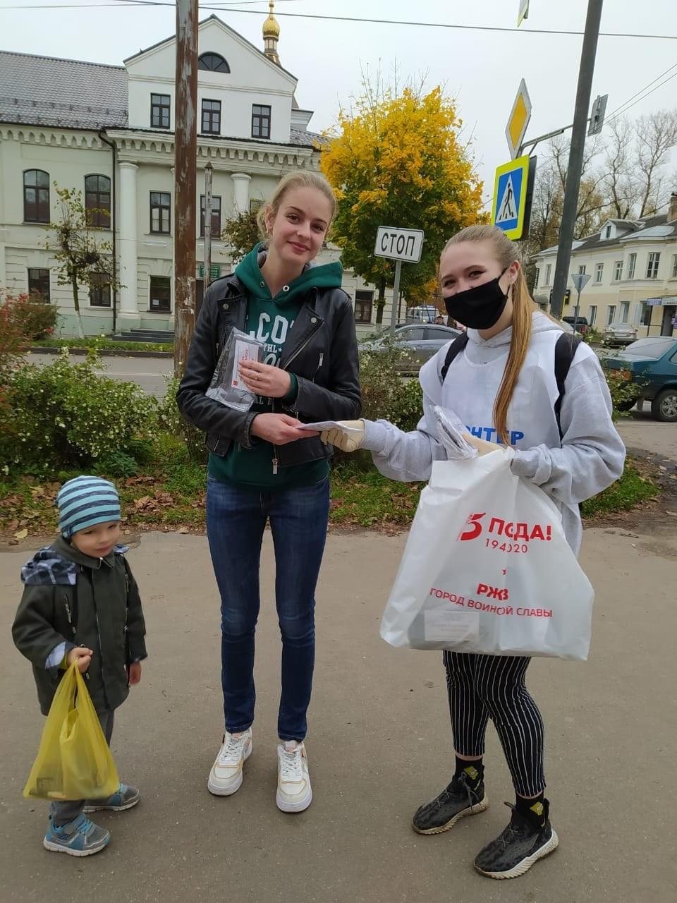 Волонтёры в Ржеве раздавали прохожим маски