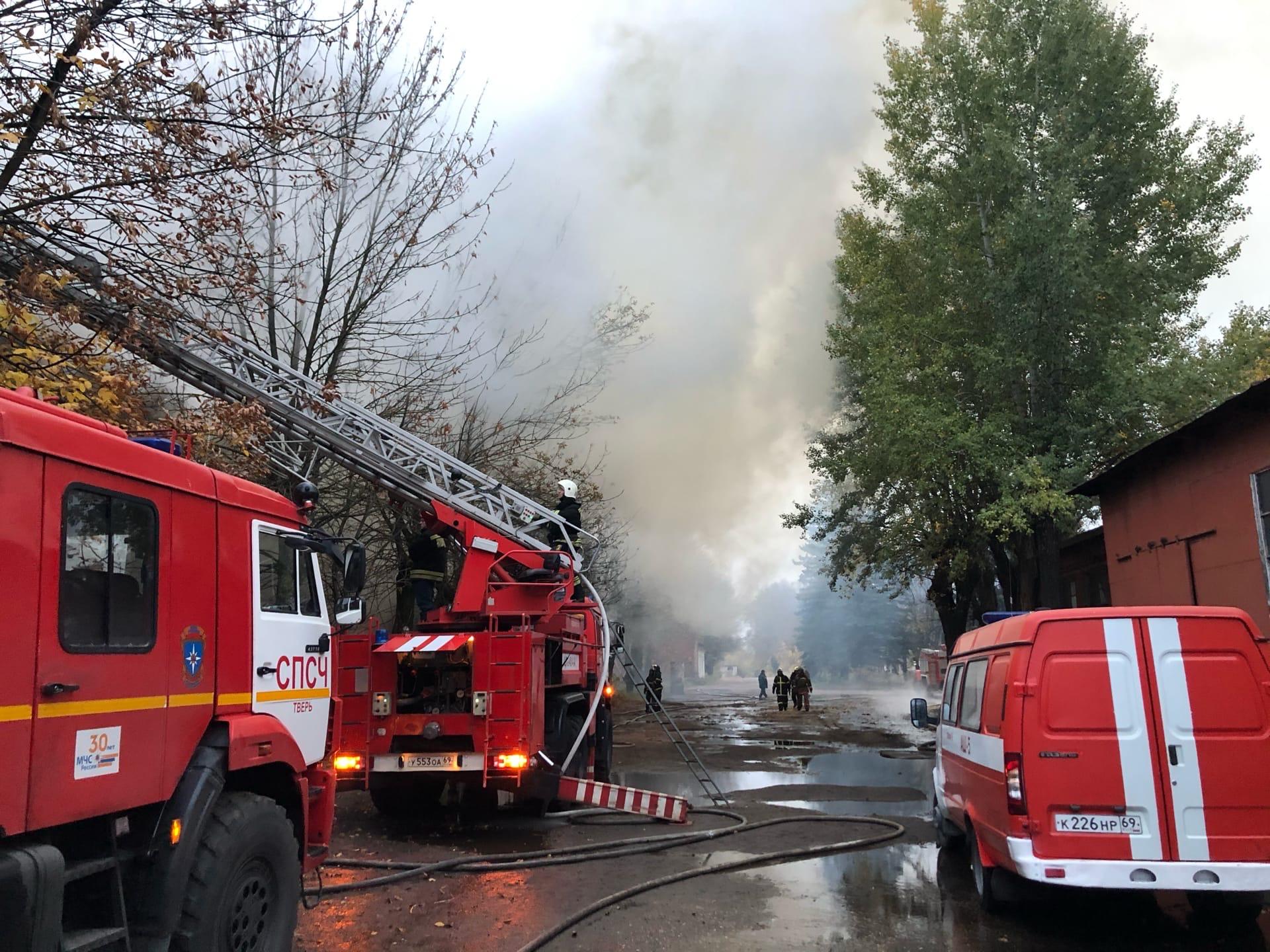 Появилось видео с сильнейшего пожара в промзоне Твери