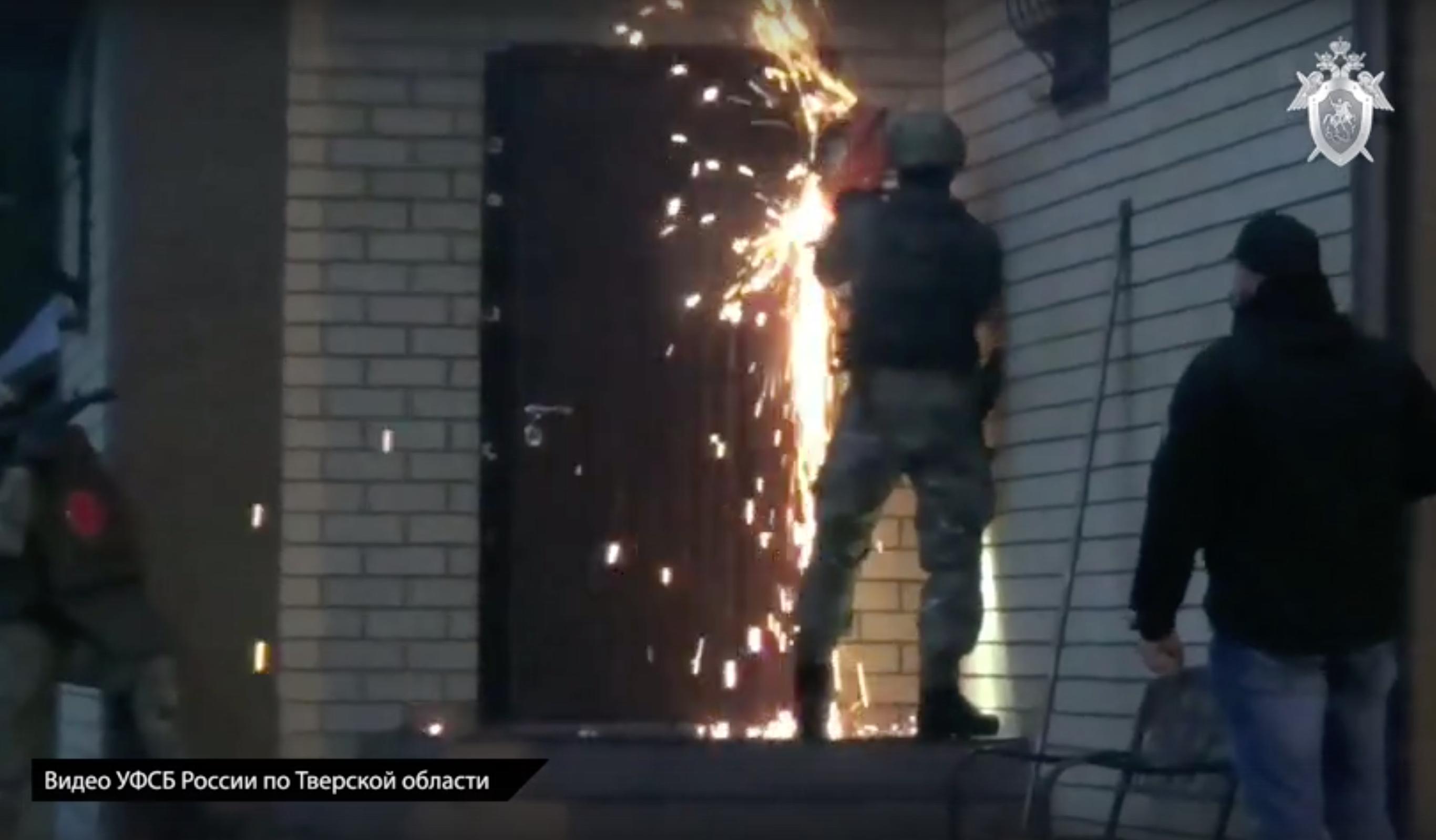 Оперативное видео: спецслужбы штурмом взяли дом подозреваемого в даче взятки в Тверской области