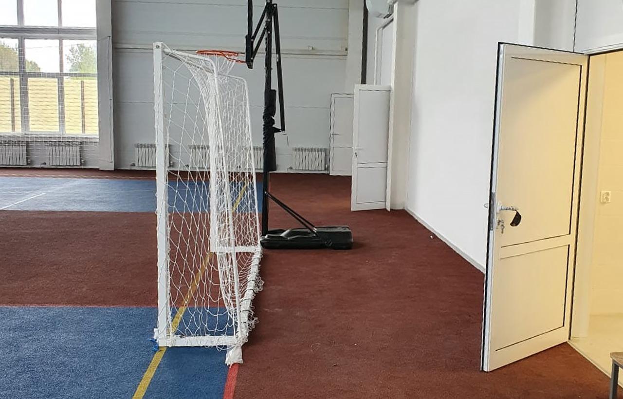 Новый спортивный зал с душевыми и игровой площадкой построили в районе Тверской области