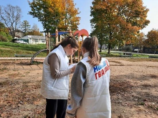 Молодогвардейцы из Тверской области помогают улучшать детские площадки