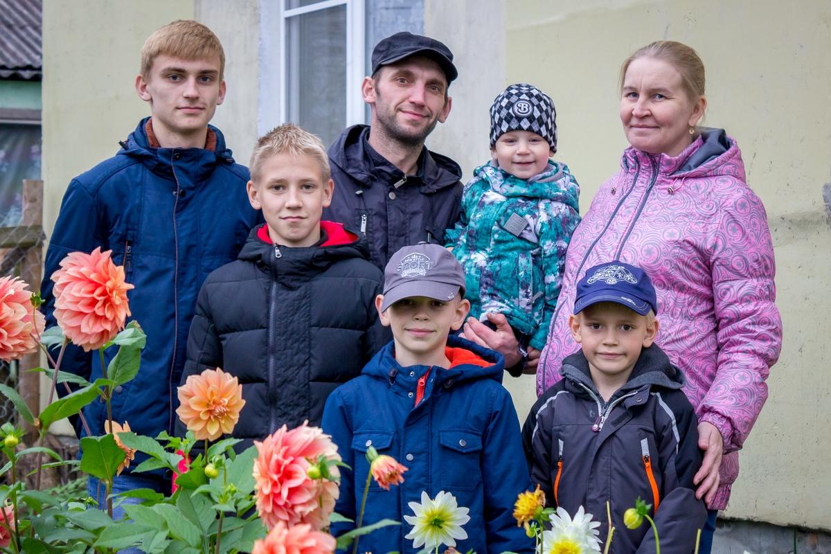 Многодетная семья из Лихославльского района поборется в конкурсе за микроавтобус