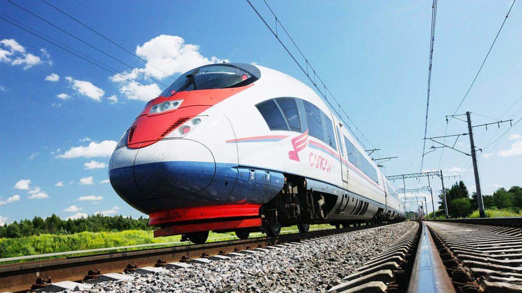 Опасное селфи: в Тверской области девушка едва не погибла при попытке сделать удачный снимок с поездом