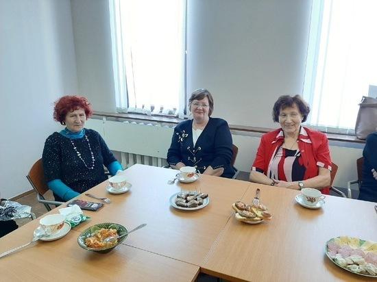 В районе Тверской области бабушки и дедушки пели песни и слушали игру на баяне