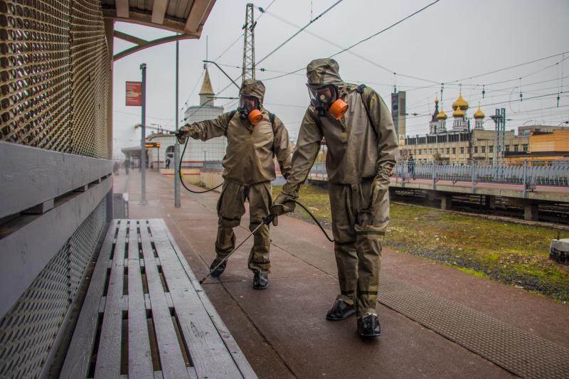 Спирт и хлорка: люди в защитных костюмах провели дезинфекцию тверского вокзала