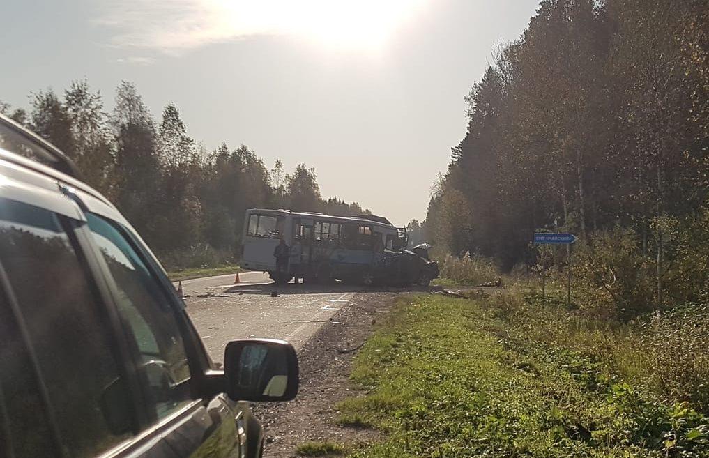 Пассажирский автобус попал в аварию в Тверской области