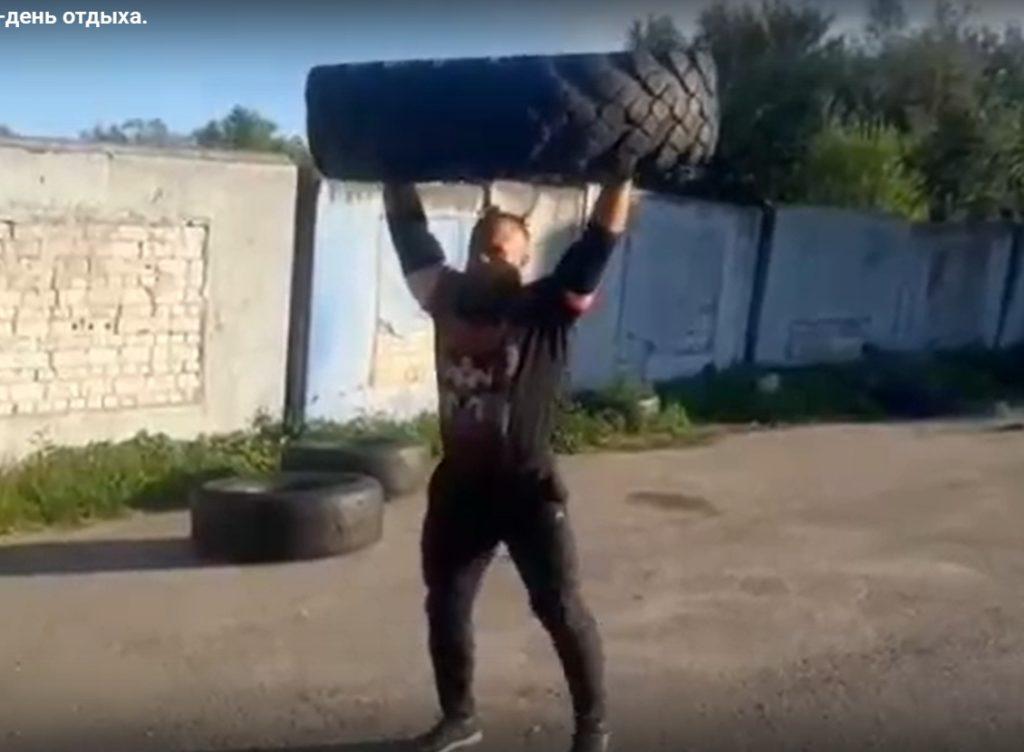 Кувалда и гири: чемпион-пауэрлифтер из Тверской области записал видео о тяжёлых тренировках