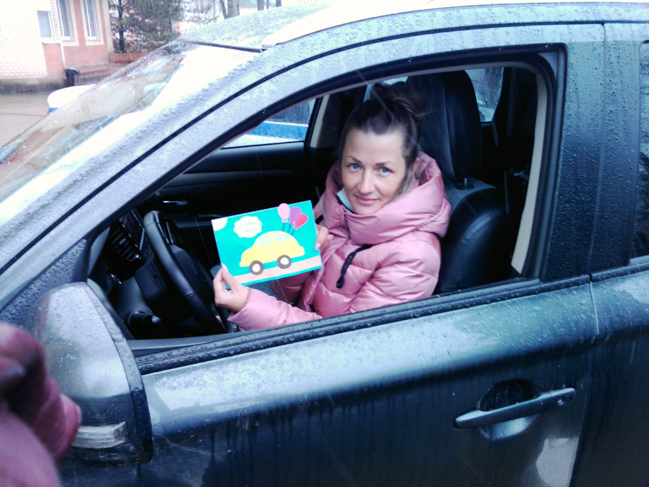 Ржевские автоинспекторы поздравили мам за рулём