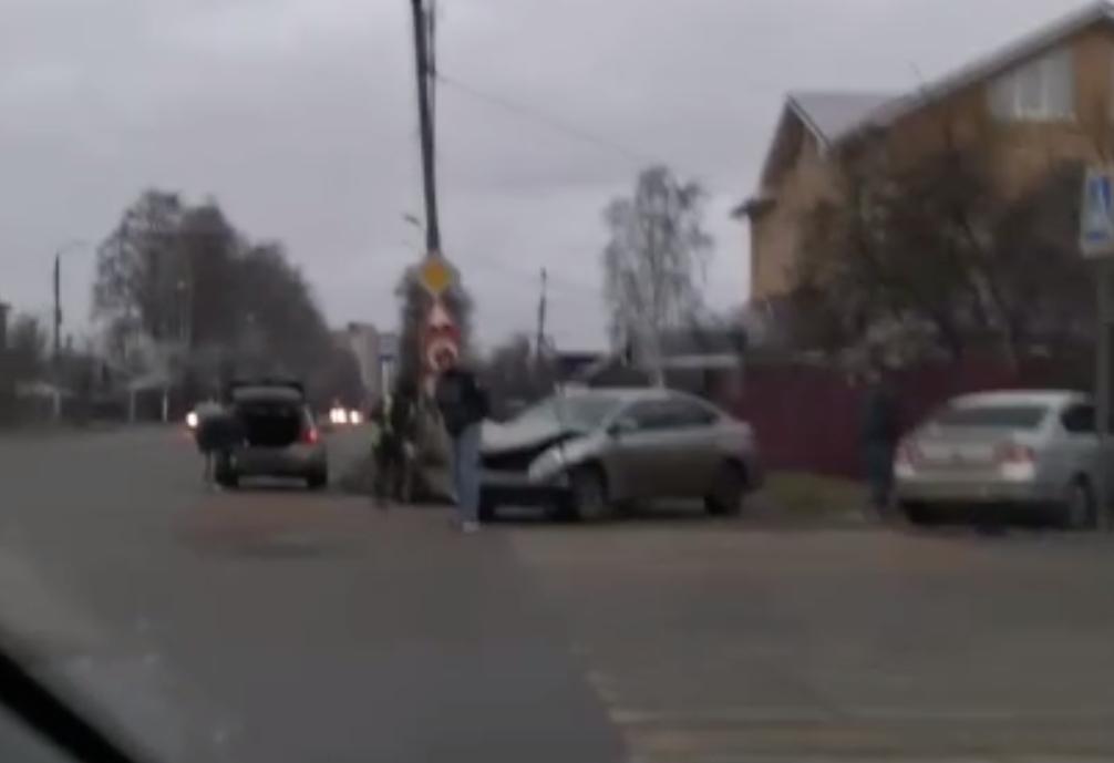 В Твери водитель иномарки въехал в забор частного дома