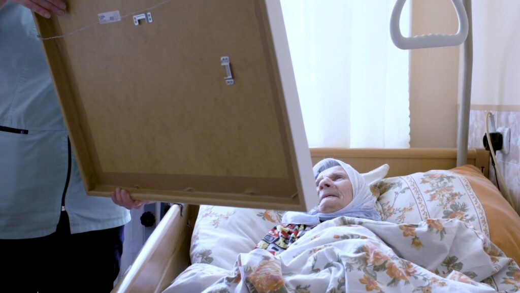 Художники подарили Дому престарелых в Тверской области более 130 картин