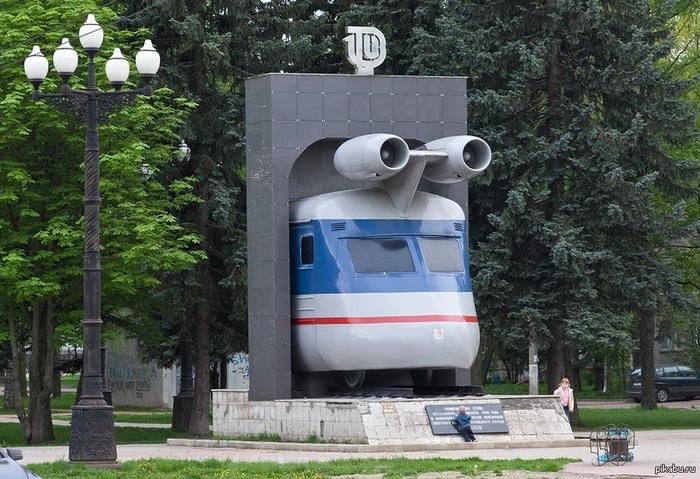 Тверской памятник реактивному поезду борется за звание самой необычной скульптуры России