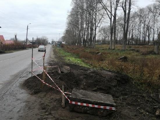 Опасную обочину вдоль дороги ремонтируют в Тверской области