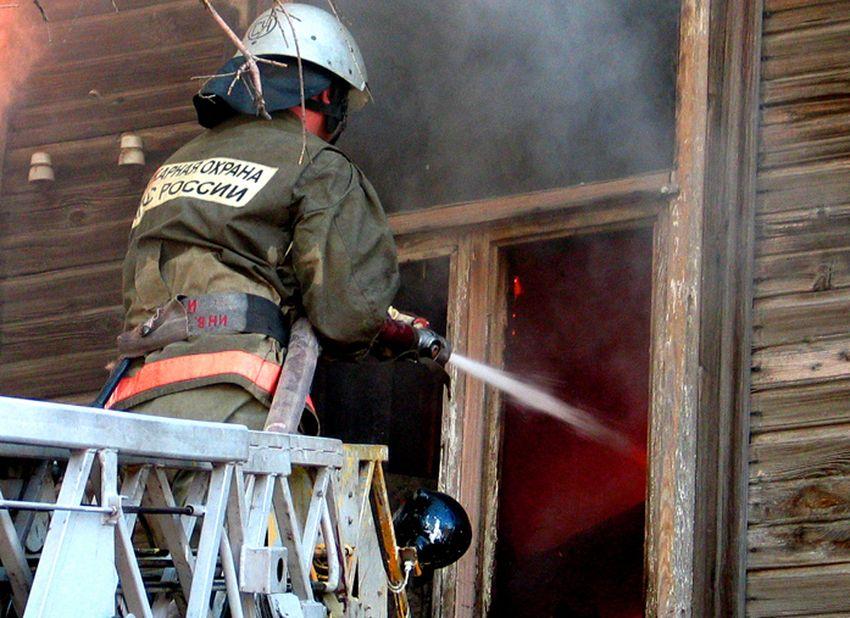 В Твери пожарные спасли хозяйку горящего частного дома