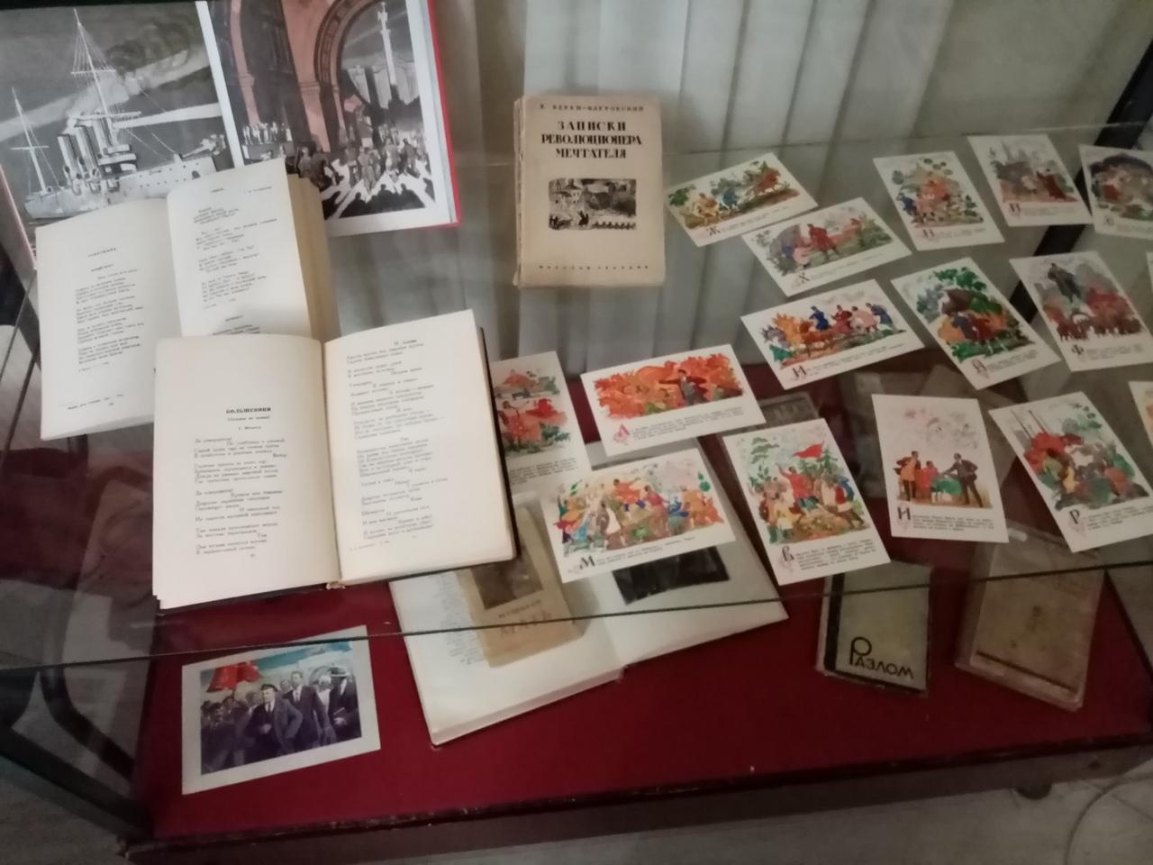 В Твери открылась выставка «Певцы Революции»