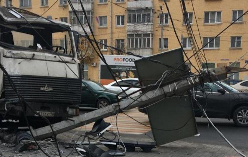 Мусоровоз снес столб со светофором на оживленном перекрестке в Твери и попал на видео