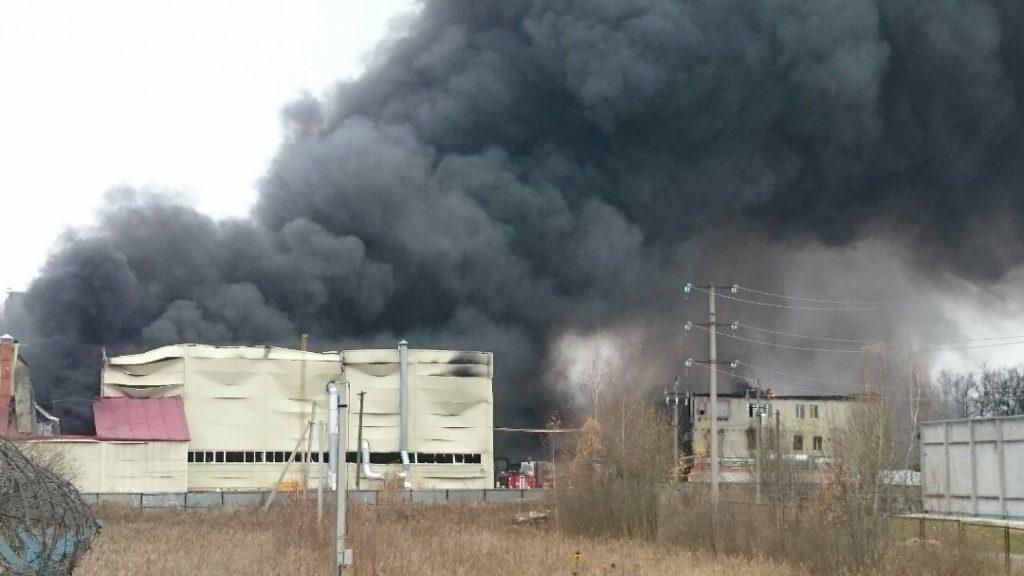 Пожарным удалось ликвидировать открытое горение в ангаре промзоны в Твери