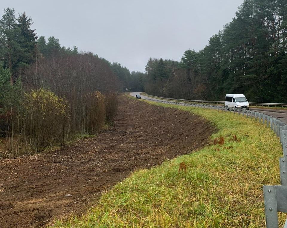В Тверской области расчищают обочины дорог от деревьев и кустарника