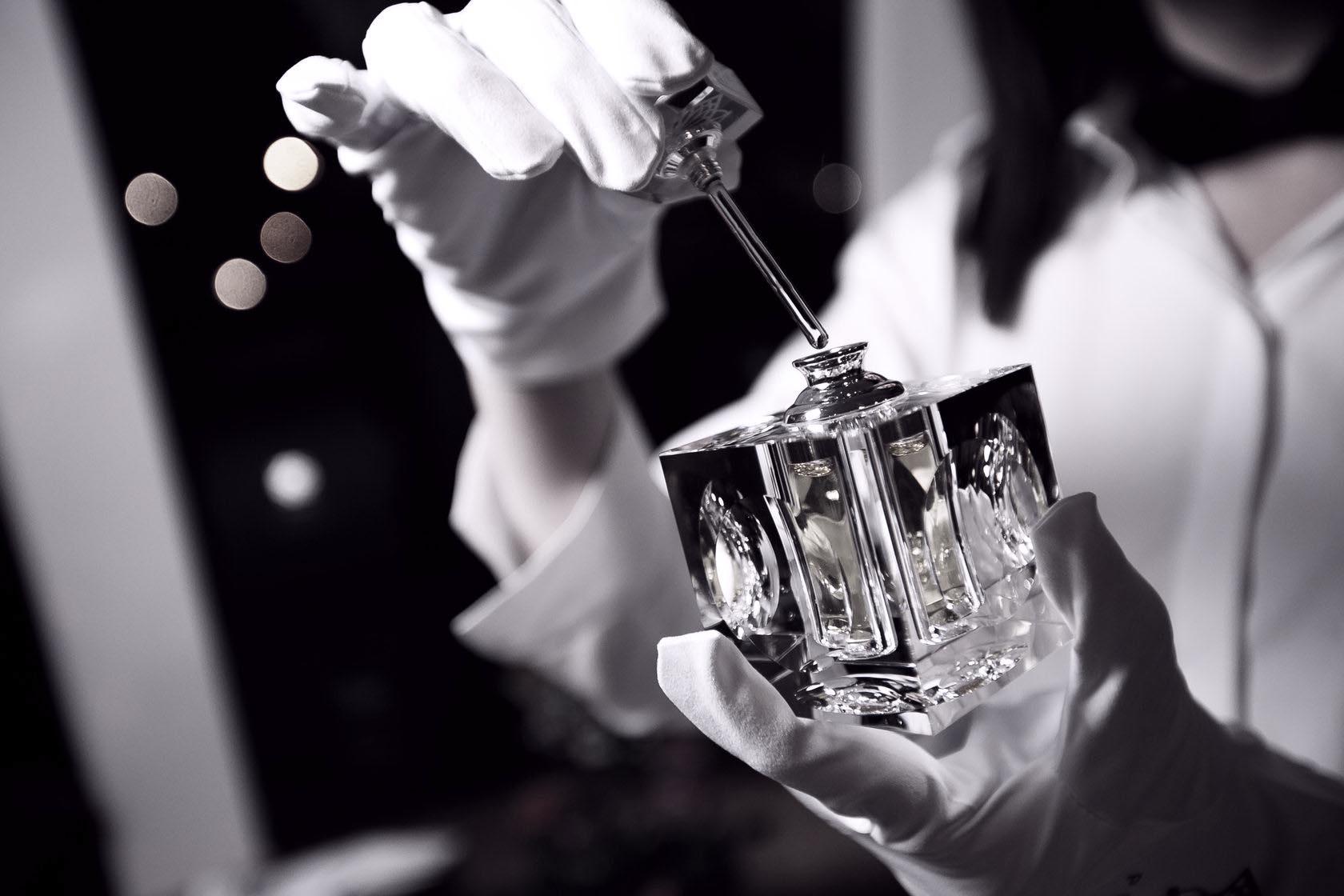 Удомельский «парфюмер» украл из магазина несколько флаконов туалетной воды