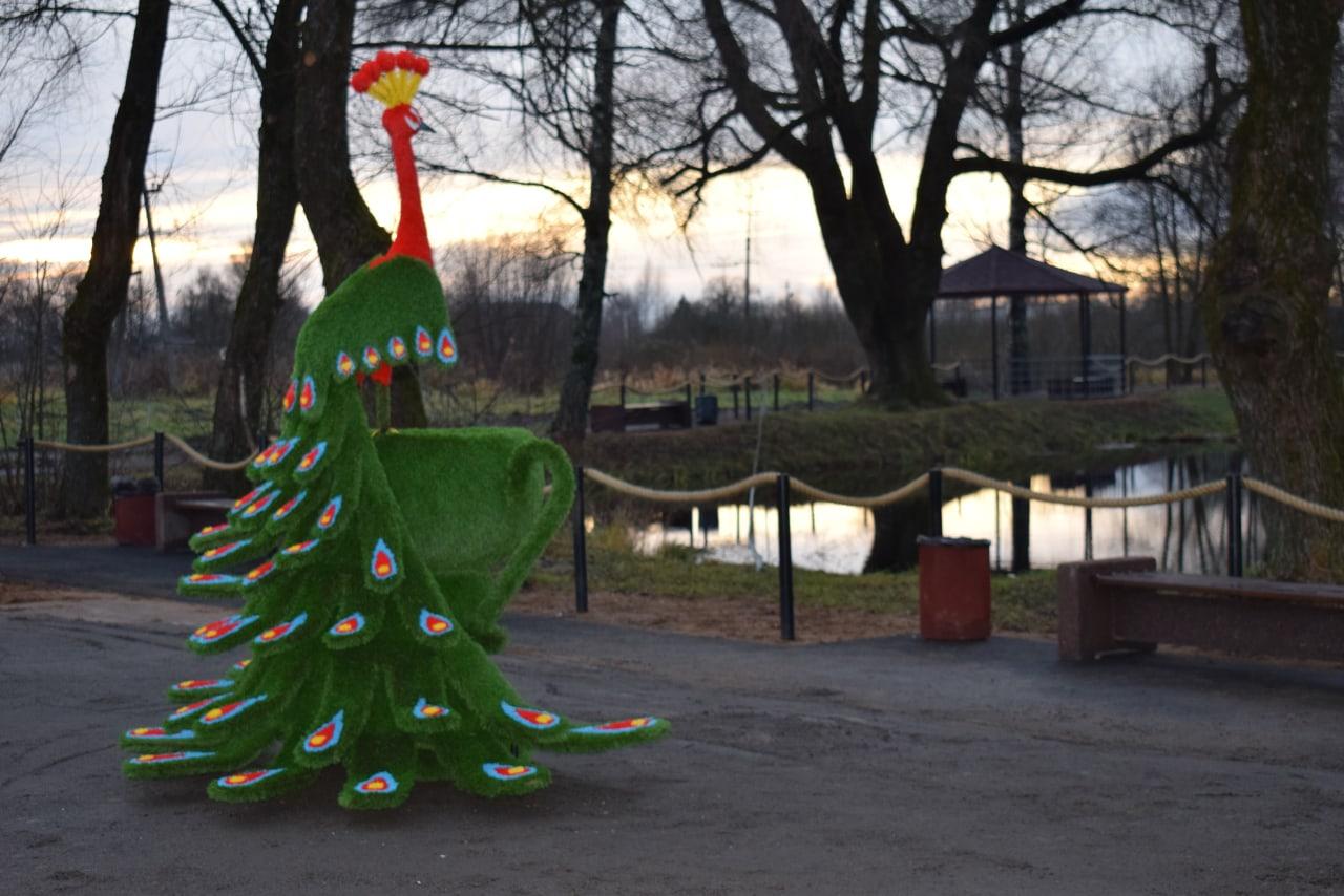 В Каштановой роще в Оленино установили красочную Жар-птицу