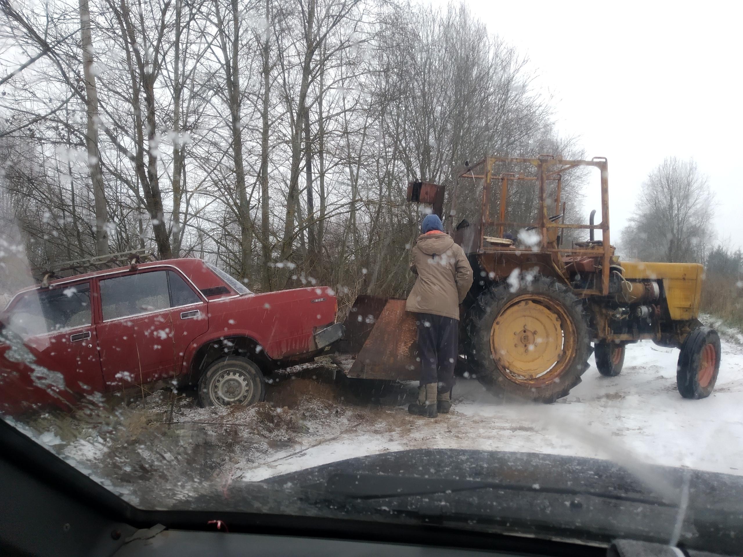 В Тверской области жигули съехали в кювет по скользкой дороге