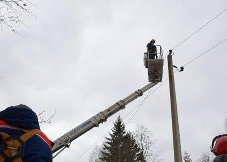 В Тверской области бригады энергетиков устраняют последствия снегопада