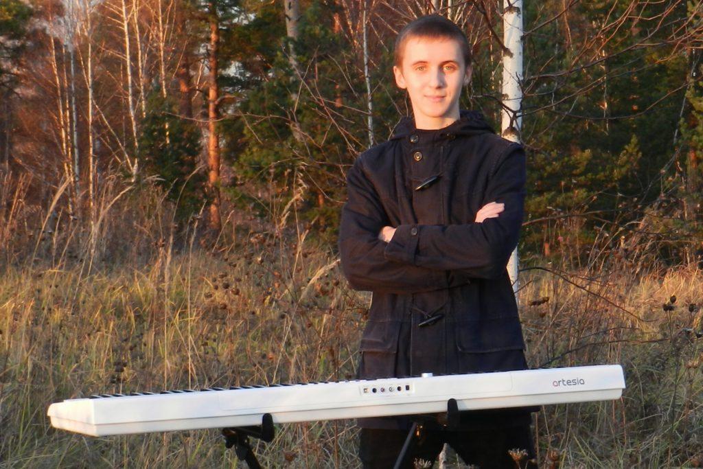 Школьник из Тверской области сыграет кавер хит известного исполнителя
