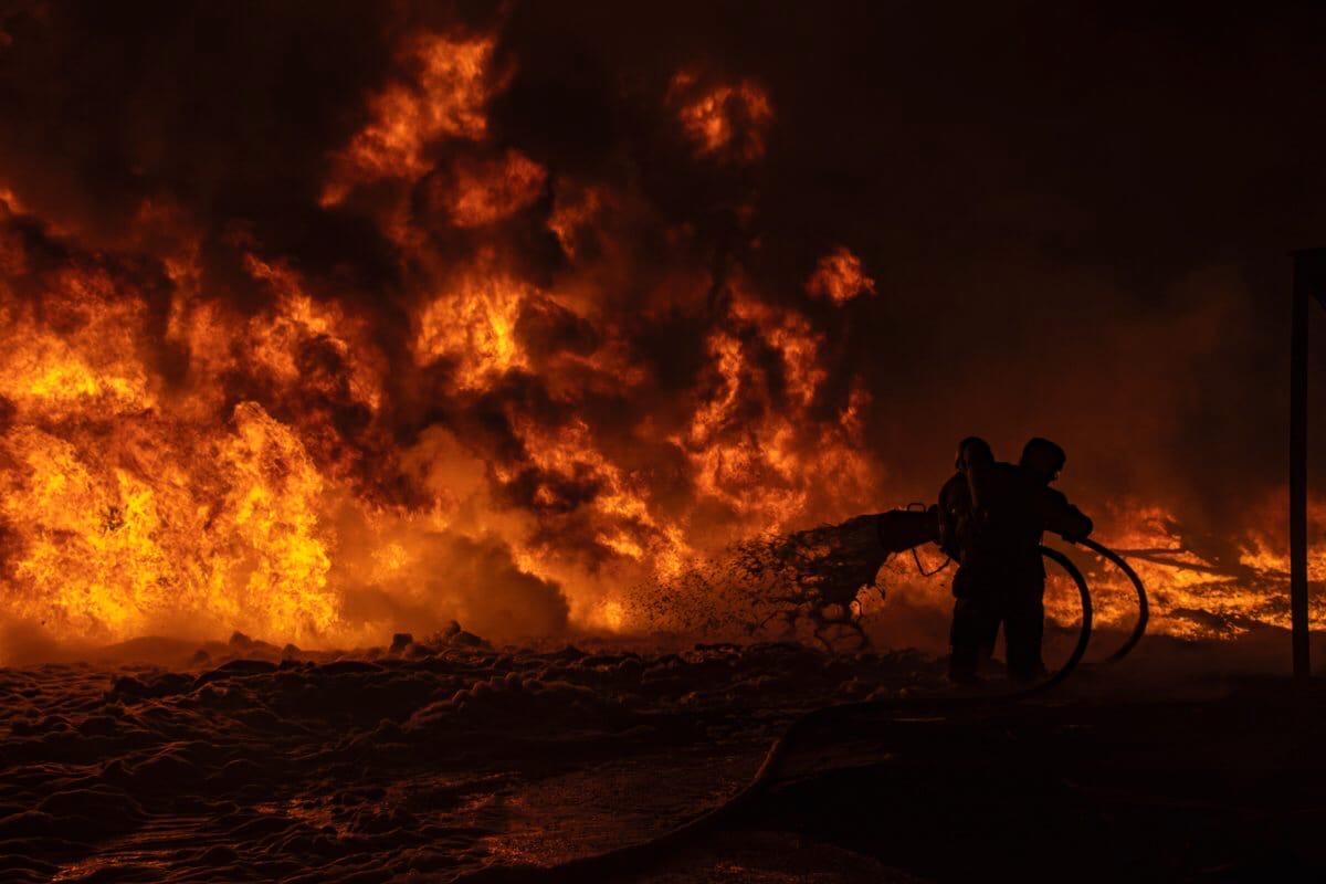 МЧС опубликовало эпичные фото пожара на складах в Твери