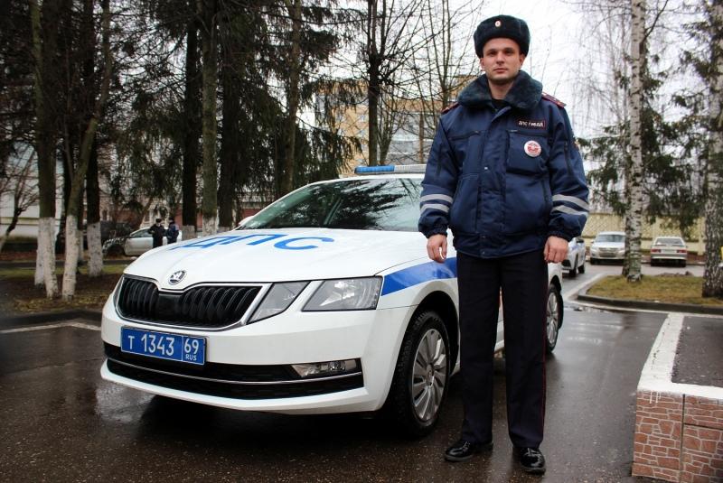 Сотрудник ГИБДД Сергей Мерзликин помог девушке с двумя детьми в Тверской области