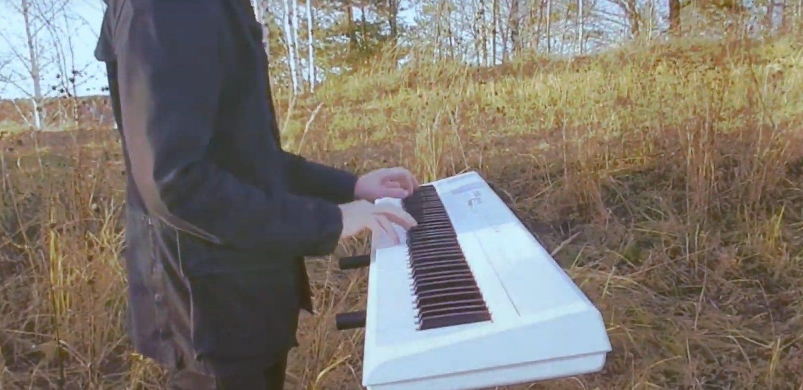 Молодой тверской музыкант сыграл на пианино на берегу Волги