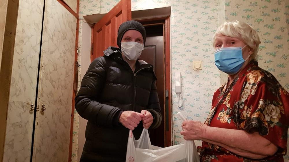 Волонтеры в Тверской области продолжают оказывать помощь пожилым гражданам