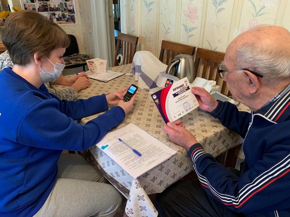 В Тверской области ветераны Великой Отечественной войны бесплатно получают новые телефоны