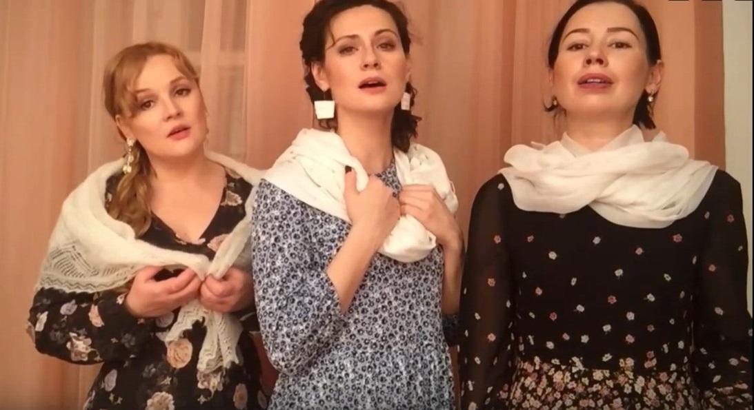 Актрисы Тверского ТЮЗа отметили начало зимы песней