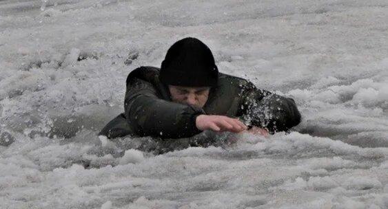 В Торопце молодые люди при помощи брюк спасли утопающего