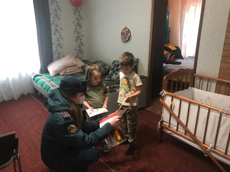 В Бологовском районе сотрудники МЧС посетили многодетные семьи перед Новым годом