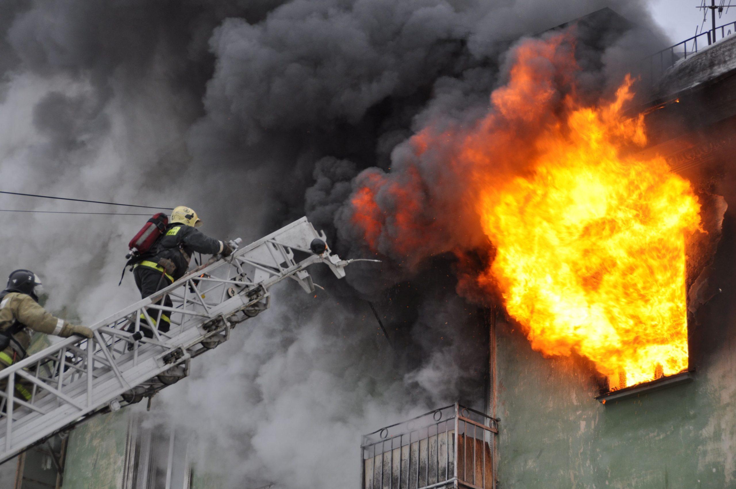 В Тверской области сотрудники МЧС спасли мужчину из горящего дома