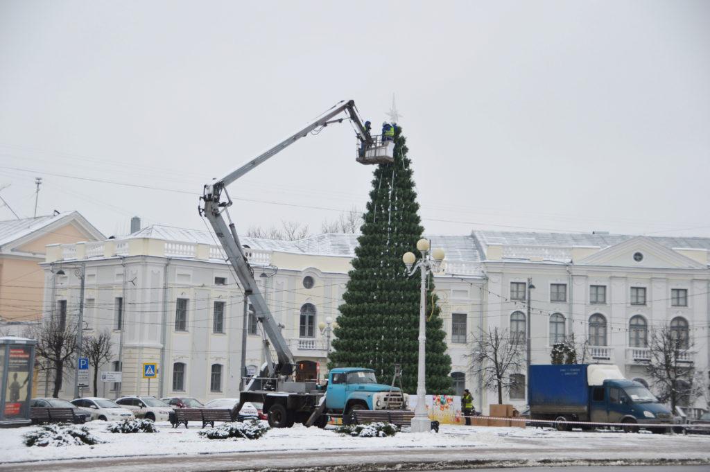 На главных площадях Твери зажигаются новогодние украшения