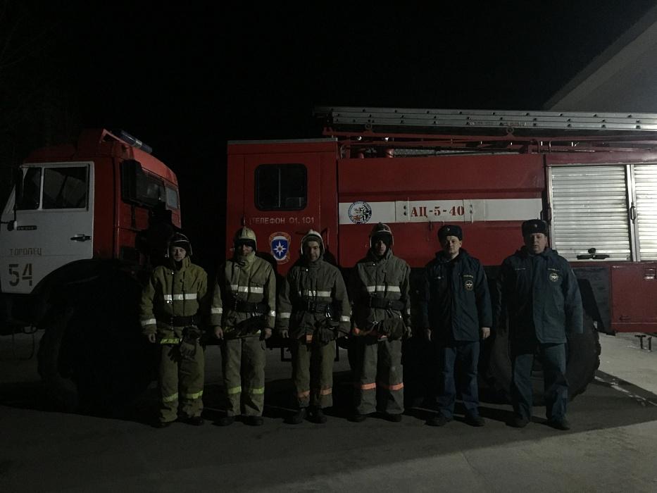В Тверской области спасатели вывели мужчину из пылающего дома
