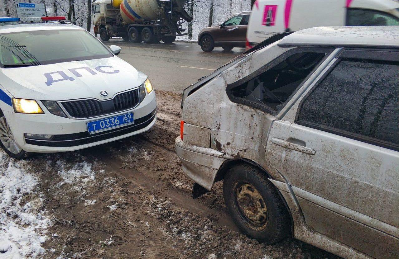 Водитель ВАЗа повредил голову в аварии в Твери