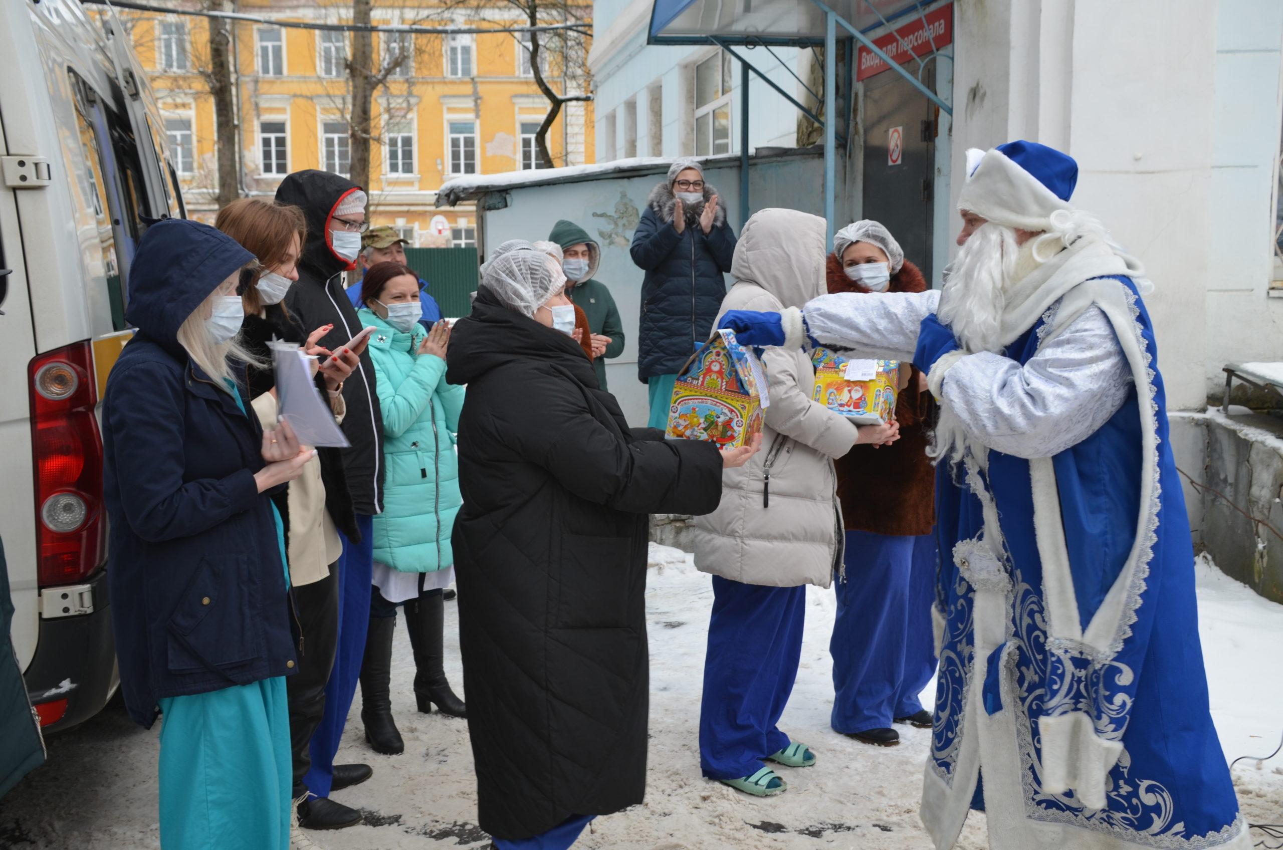 Пациентов тверских больниц порадовал новогодними подарками Дедушка Мороз