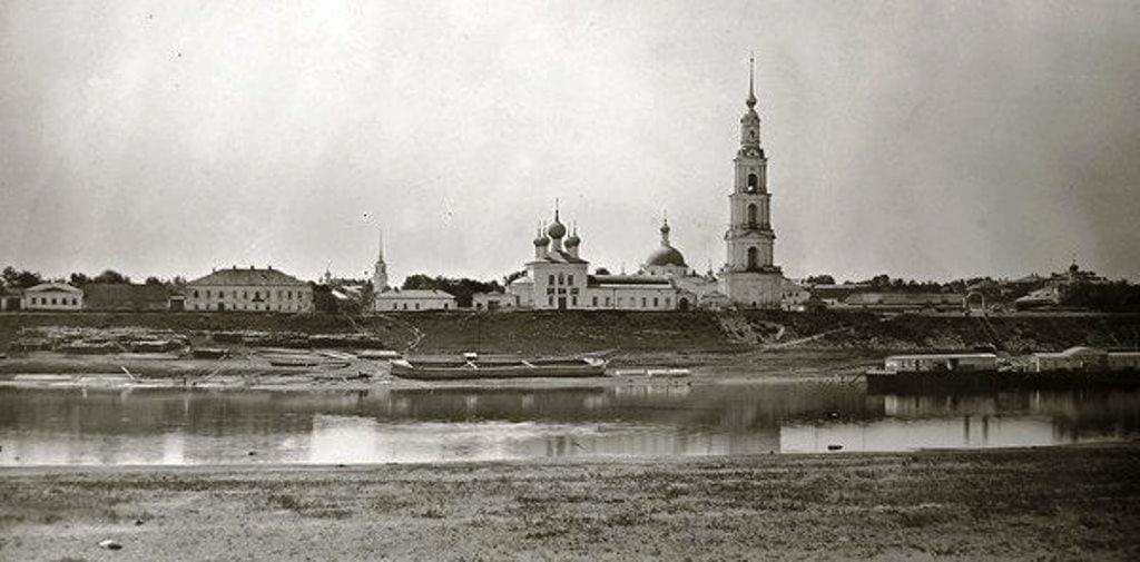 В Сети поделились архивными снимками знаменитой калязинской колокольни