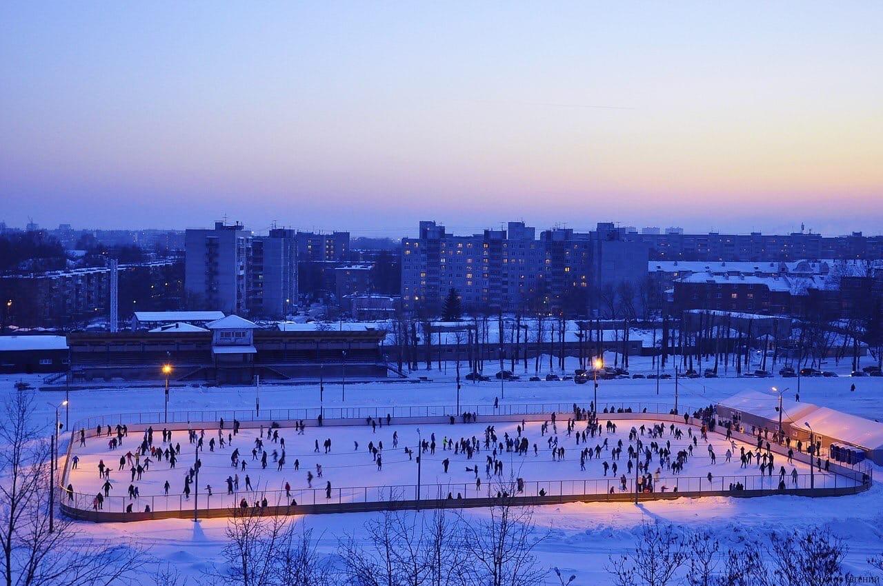 Все на лёд: в Твери залили самый большой каток в городе