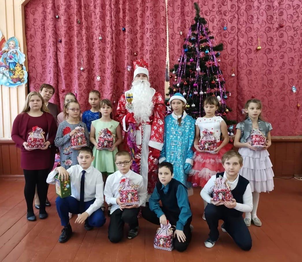 Активисты школы в Ржевском районе провели новогодний концерт