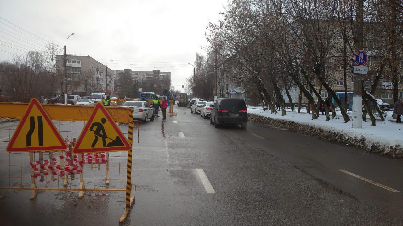 На проспекте Победы в Твери посреди проезжей части провалился грунт