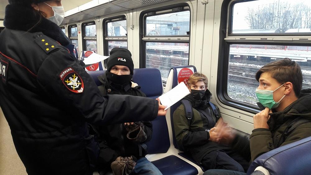 В Бологое проверили соблюдение масочного режима на вокзале и в электричках